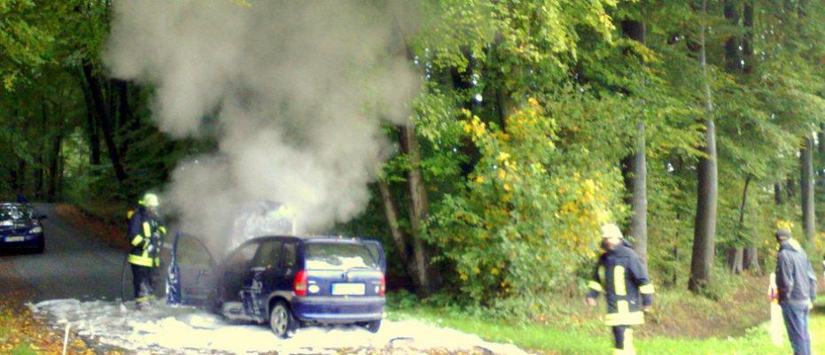 Pkw fängt während der Fahrt Feuer